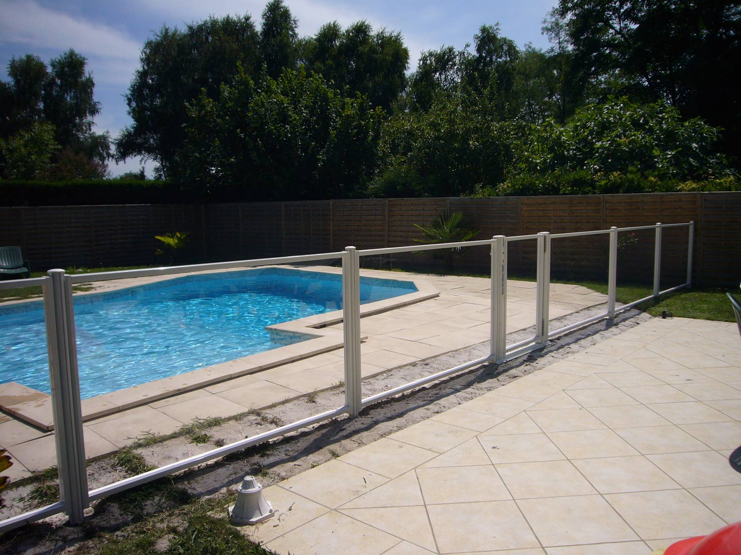 Photo 124 barrieres de piscine pour les grands campings for Barriere de protection piscine