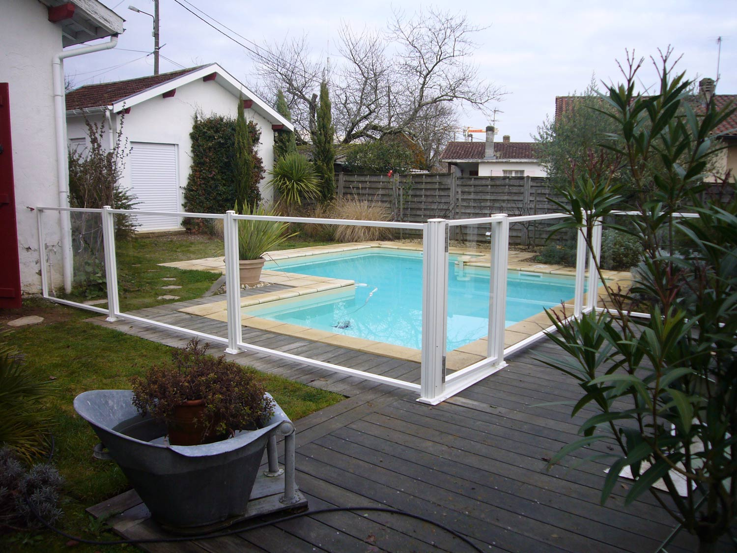 Photo 125 barrieres de piscine pour les grands campings for Barrieres de protection pour piscine